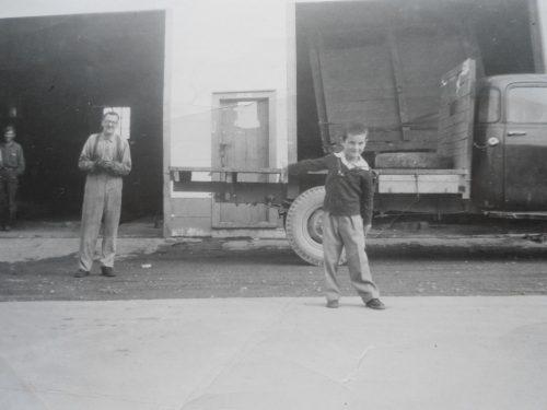 Maurice Lepage et son fils André devant le garage, date : 1959, coll. : André Lepage