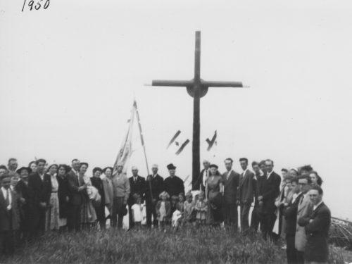 Cérémonie de bénédiction de la croix, date : 23 juillet 1950, coll. : Thérèse Bond.