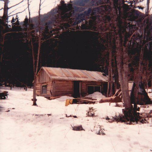 Cabane à sucre de Paul-Émile Fournier et de Marcel Boucher dans la coulée du Noroît, date : vers 1980, coll. : Marguerite Boucher
