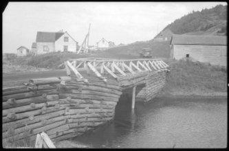 Pont de la Rivière-de-Manche-d'Épée, date : 1942, photo : Olivier Desjardins, coll. : BAnQ. Il s'agit ici du premier pont construit en 1912 avant son remplacement en 1943.