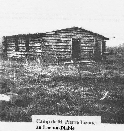 Camp de la famille de Pierre Lizotte et Maria Pelletier construit en 1933, date : inconnue, fond Jeanne Vallée; coll. Huguette Boucher