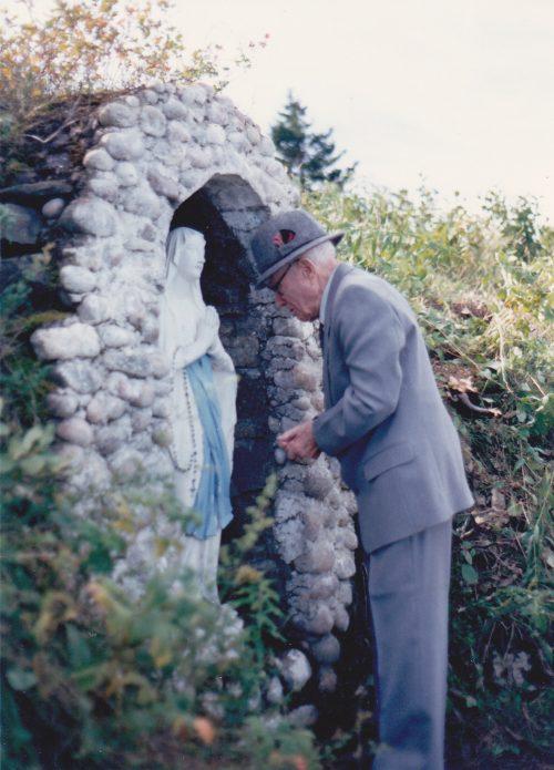 Simon-Jude dit Jules Boucher se recueillant devant la grotte, date : 1991, photo : Blandine Mercier.