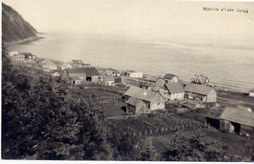 Manche-d'Épée, le garage au centre de la photo, date : entre 1950 et 1954, coll. : Hélène Fournier