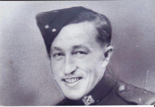 Paul Ouellette, soldat matricule E 9344, Régiment de la Chaudière, date : vers 1941, coll. : Serge Ouellette