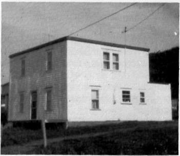 La première école acquise en 1946 par Paul-Émile Fournier et Marguerite Boucher que l'on voit ici quelques années après les transformations, date : inconnue, source : Revue d'histoire de la Gaspésie, no 68, 1979