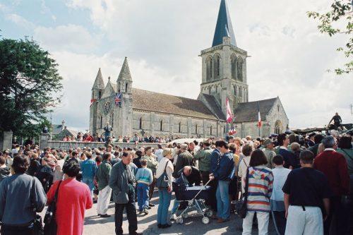 La foule devant l'église de Rots le 11 juin 1994, 50e anniversaire de la libération, date : 11 juin 1994, coll. : Joël Aubin