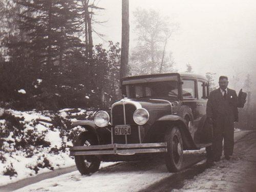 Docteur Cotnoir près de sa voiture, date : les années 1930, coll. : Huguette Boucher et Jean-Guy Gagnon, infographie : Mathieu Boucher