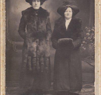 Nathalie Boucher et Émilia Fournier, date non précisée, photo studio Alphonse Côté, coll. : Ernest Boucher et Blandine Mercier