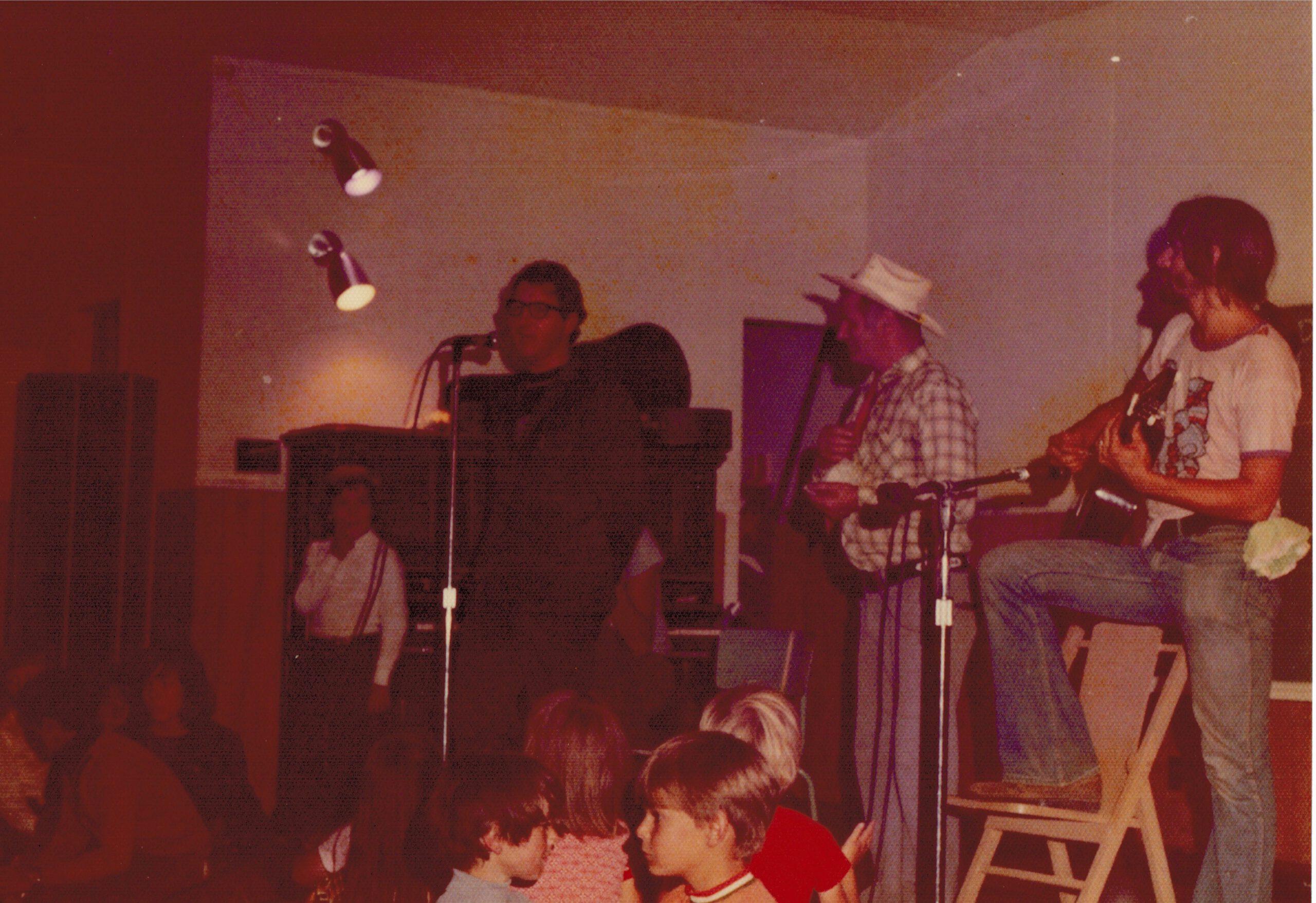Soirée à la salle municipale, de g à d curé Clifford Greene, Philippe Gagnon, musicien ; photo : Bernard Boucher, date : été 1973