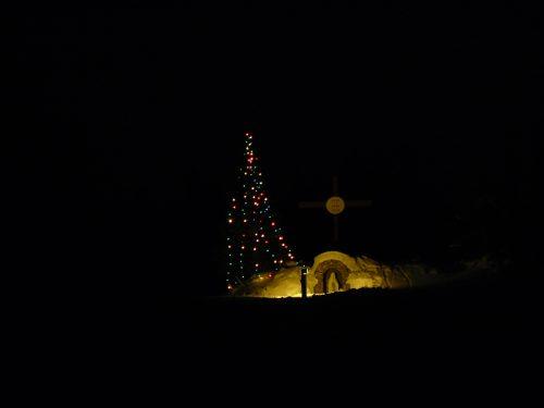 Le site de la croix et le sapin décoré pour les Fêtes, date : décembre 2013, photo : Blandine Mercier.