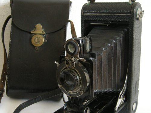 Appareil Kodak du Dr Cotnoir, date : 2014, photo : B. Boucher. Le docteur a fait de nombreuses photos entre son arrivée à Madeleine en 1917 et sa mort 1938. J'ai acquis l'appareil dans les années 1970.