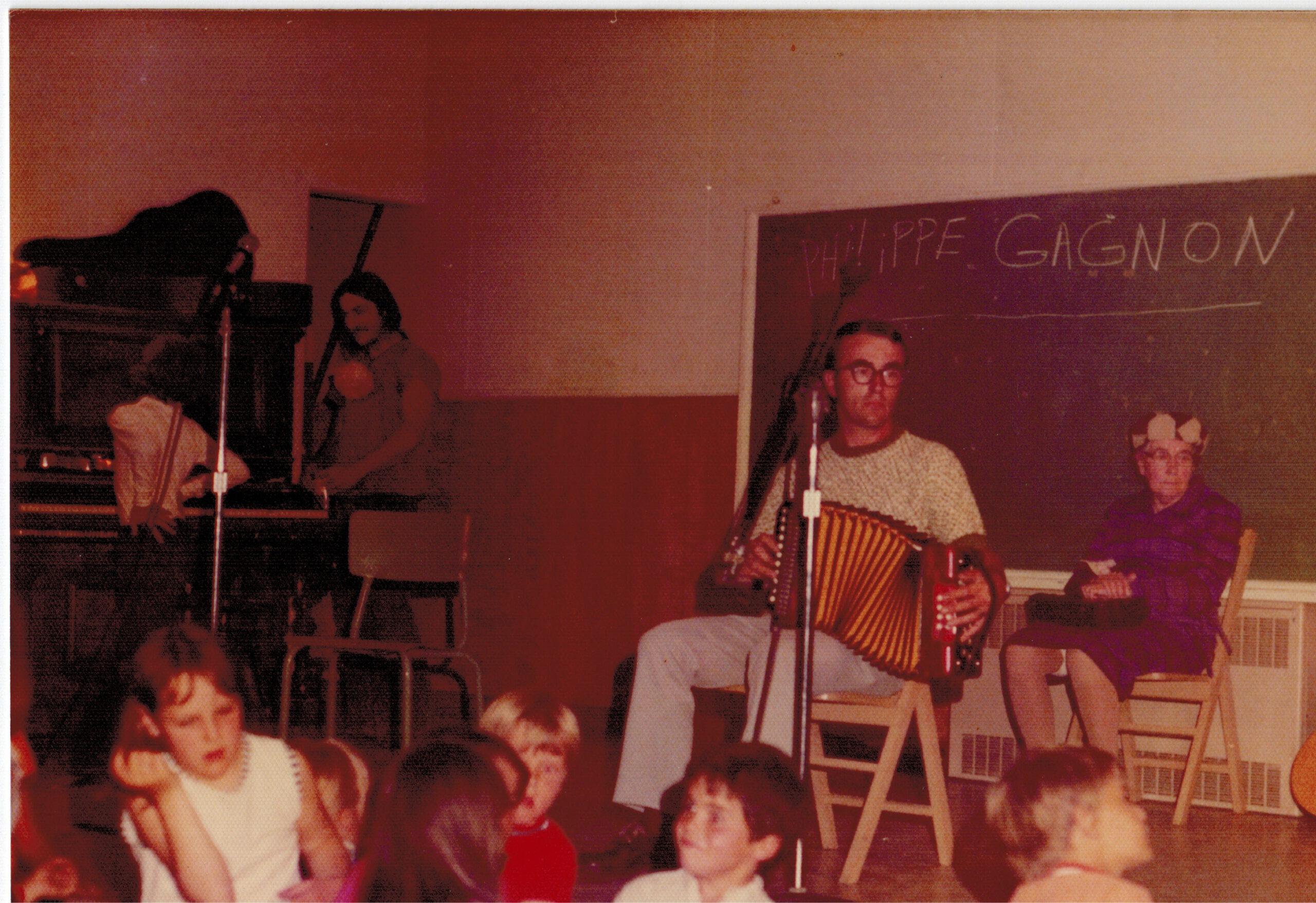 Soirée à la salle municipale, Denis Boucher à l'accordéon ; photo : Bernard Boucher, date : été 1973
