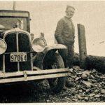 L'auto du Dr Cotnoir et un voyageur non identifié, date : les années 1930, source : M. Plamondon, Notes historiques sur la paroisse de Madeleine, p.96.