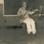 Soirée à la salle municipale, Madeleine Lizotte au violon; photo : Bernard Boucher, date : été 1973