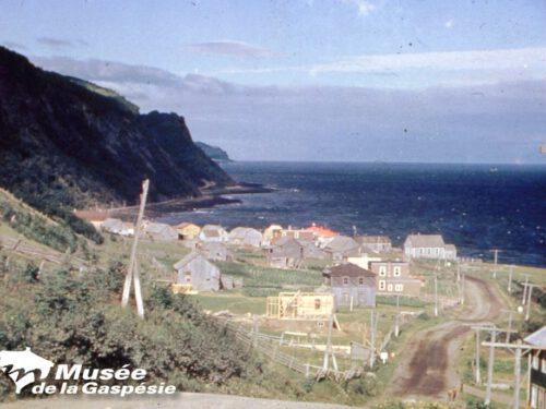 Maison en construction d'Odilon Fournier qui deviendra la propriété de Carl Béland et Claire Boucher, photo date : années 1930/40; coll. : Musée de la Gaspésie
