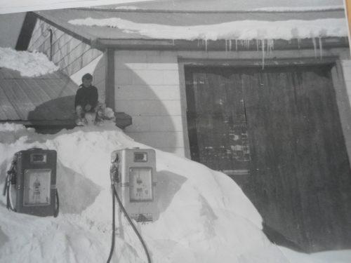 Garage sous la neige, date : vers 1960, coll. : André Lepage