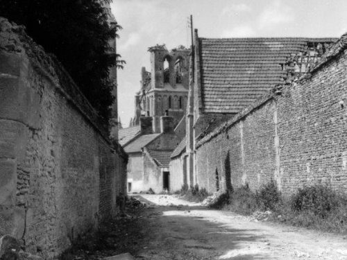 Village de Rots après la bataille, juin 1944, source : www.cocktail-culture-rots.fr/album