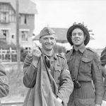 Sergent Rosaire Gagnon, ici en compagnie d'un prisonnier allemand, le 6 juin 1944, près de Bernières-sur-mer et mort à Rots, le 13 juin 1944, source : Bibliothèque et Archives Canada