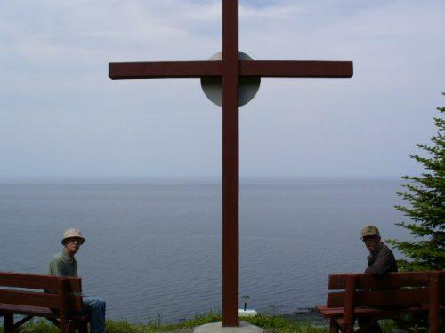 La nouvelle croix; (à gauche) : Léonard Boucher lors de sa dernière visite sur le site; (à droite) : Ernest Boucher, date : 2010, photo : Blandine Mercier.