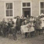 Les élèves devant la seconde école, date : vers 1941, coll. : Mario Lévesque