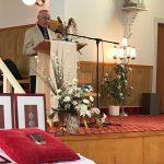 Paul-Roger Boucher (Paulo) s'adresse au public dans l'église de Madeleine-Centre, date : 1er juillet 2018, photo : Françoise Lussier