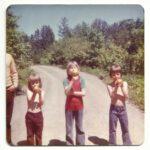 Trois participants assidus au terrain de jeu : Ralph Côté, Carlo Côté et Simon Lepage, photo date : été 1974, coll. : Marina Boucher