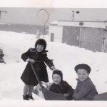 Murielle, Michel et Jacques devant le garage, date : vers 1952, coll. : Benoit Lepage