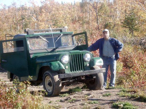 Ernest Boucher et sa jeep, date : octobre 2005, photo : B. Boucher. En route pour explorer l'arrière-pays.
