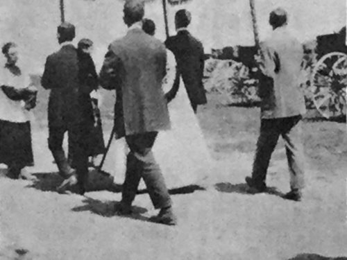 Procession sous le dais à la Fête-Dieu, date : 1950, source : Notes historiques sur la paroisse de Madeleine.