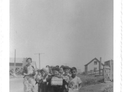 En route pour le pique-nique avec l'institutrice Lauraine Bernier, date : 1962, coll. : Gilles Caron