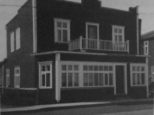 Maison de monsieur J. Lemieux où étaient logés les bureaux de la Coopérative d'électricité, date : vers 1957, source : Mont-Louis se raconte de Mariette B. Lemieux