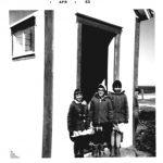 À l'entrée du portique : de g à d ( ?) Robinson, Marie Boucher, Linda Fournier et à-moitié dissimulé Jean Pelchat, date :1963, coll. : Lauraine Bernier