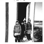 Sur la marche : de g à d, Claudine Fournier, Michèle Béland, Denise Pelchat, Denise Ouellette, date :1963, coll. : Lauraine Bernier