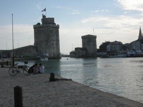 Vue du port de La Rochelle d'où est parti l'ancêtre Nicolas en avril 1664. À droite, la tour de la Chaîne reconnue lieu de mémoire en 2000 par la Commission franco-québécoise des lieux de mémoire communs, photo : Bernard Boucher; date : 30 juin 2018