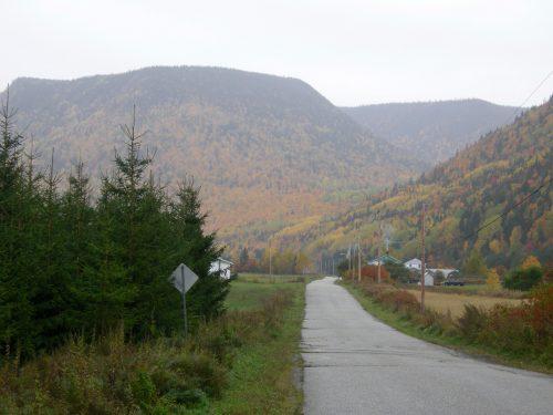 Rue de la Rivière, date : octobre 2009, photo : B. Boucher. Dernier segment de la rue avant d'arriver à la route de la Rivière avec la montagne Plate en arrière-plan.
