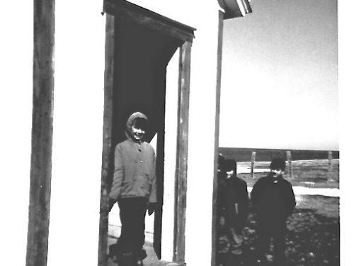 Sur le seuil : Lucie Déry et en retrait Langis Fournier et Paul Blanchette, date : 1963, coll. : Lauraine Bernier