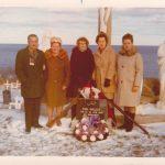 Cérémonie commémorative au cimetière de Sainte-Madeleine, de gauche à droite : Georges, Marguerite, Jeanne, Cécile, Rosa, frère et sœurs de Paul, date : 1984, coll. : Serge Ouellette