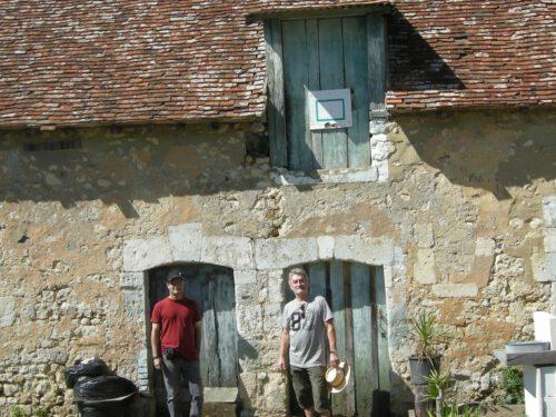 Mathieu et Bernard Boucher devant la maison de l'ancêtre à St-Langis-lès-Mortagne, date : 2016, photo : Magali Euzenot-Boucher
