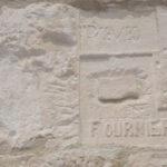 Gravure du patronyme Fournier dans une pierre du mur de la tour, photo : Bernard Boucher; date : 1er juillet 2018.