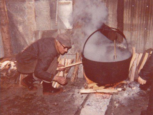 Paul-Émile Fournier entretient le feu sous le chaudron, date : vers 1980, coll. : Marguerite Boucher