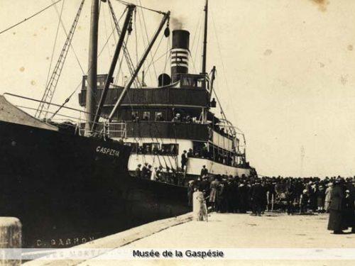 Le Gaspesia, au quai de Sainte-Anne-des-Monts, bateau sur lequel Maurice Lepage voyage en 1924, date : 194- ?, photo, Conrad Gagnon, Musée de la Gaspésie, fonds Robert Fortin.