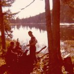 Scène de chasse au lac à Raphaël, on croit reconnaître Paul-Émile Fournier debout près de l'orignal, date : vers 1975 – 1980, coll. : Marguerite Boucher