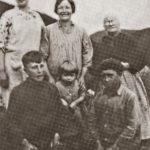 À l'avant de g à d : Paul, Salomée et Georges ; à l'arrière de g à d : Marguerite, leur mère Émilia et leur grand-mère Marie-Louise, date : vers 1932, coll. : Salomée Ouellette