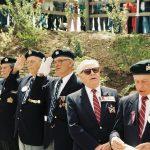 Vétérans du Régiment de la Chaudière lors de l'inauguration de la stèle des Canadiens, date : 1994, coll. : Joël Aubin