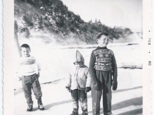 Sur la patinoire familiale chez Émilien Déry : de g à d, Richard Blanchette, Marcel et Jean Pelchat, date : 1960, coll. : Jean Pelchat