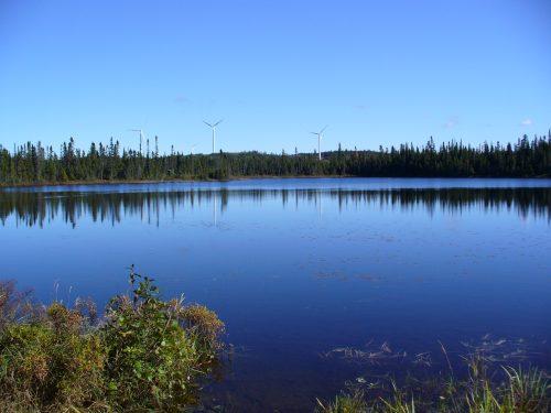 Troisième lac : date : 2013, photo : Blandine Mercier. On remarque la présence d'une autre partie du parc éolien.