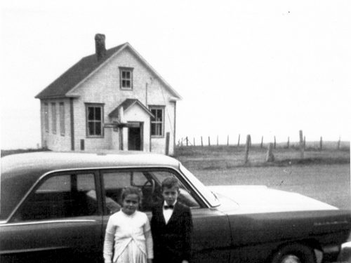 La seconde école peu avant sa fermeture avec en avant-plan Jacqueline et Armand Fournier, date : 1966, coll. : Marguerite Boucher
