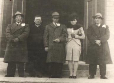 Mariage de Germain Blanchette et Aurélie Synnett le 17 novembre 1946; de g à d : Adrien Blanchette, curé Vaillancourt, Germain et Aurélie, Édouard Synnett, coll. : Mario Lévesque