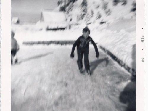 Jean Pelchat s'élance sur la patinoire familiale chez Émilien Déry, date : 1960, coll. : Jean Pelchat