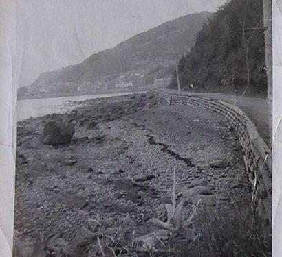 Un parement de bois rond à l'approche de Manche-d'Épée, date : entre 1929 et 1957, coll. : Lina Boucher